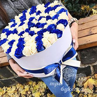 Букет из синих и белых роз в коробке